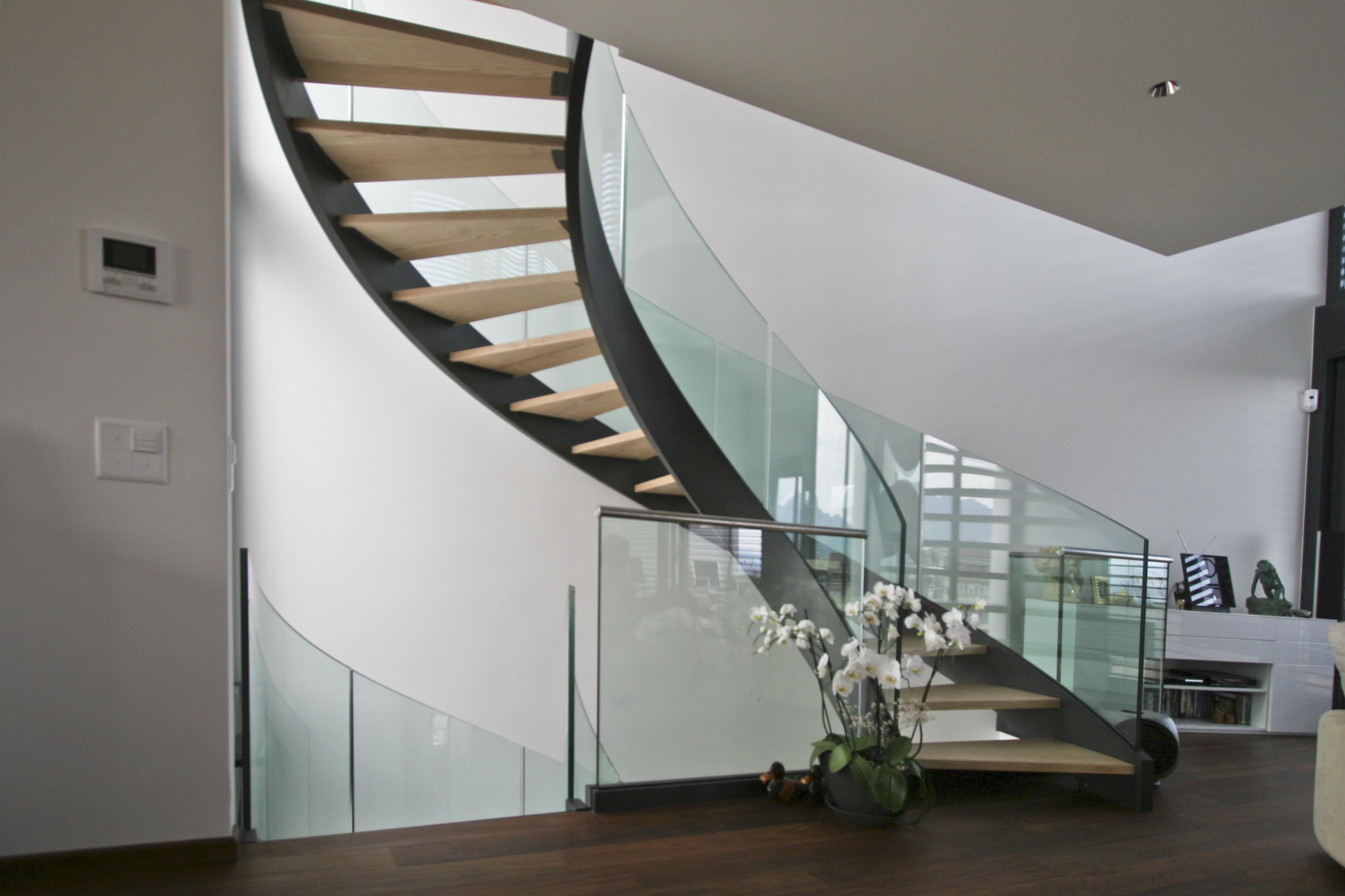 Escalier design courbe, marche en bois, structure acier et rampes en ...
